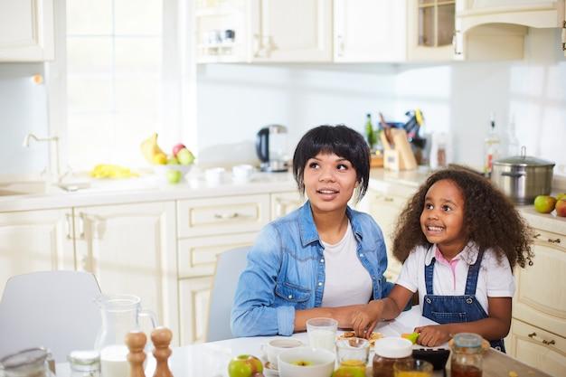 Madre y su hija en la cocina