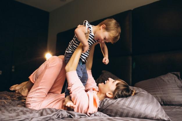 Madre con su hijo en la cama.