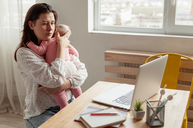Madre con su hijo en casa