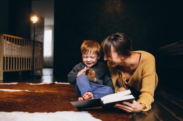 Madre con su hijo jugando libro de lectura