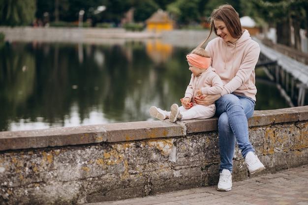 Madre con su pequeña hija en el parque