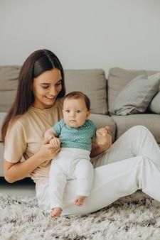 Madre con su pequeña niña en casa