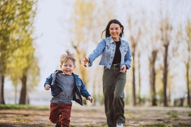 Madre con su pequeño hijo divirtiéndose en el parque