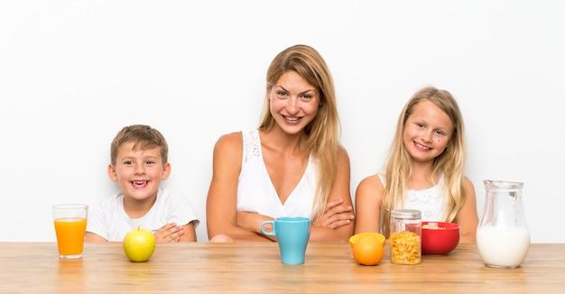 Madre con sus dos hijos desayunando