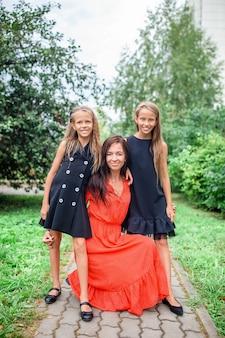 Madre y sus hijas niñas adorables