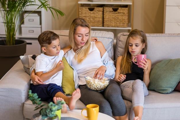 Madre y sus hijos pasan tiempo juntos