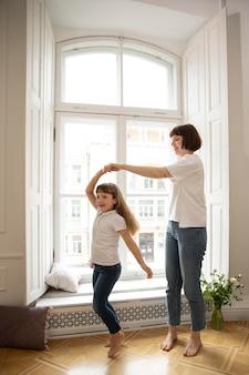 Madre de tiro completo bailando con niña