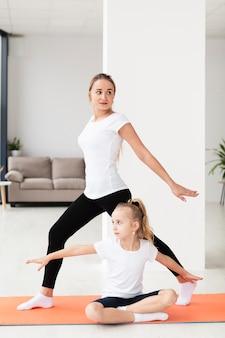 Madre trabajando en casa con hija
