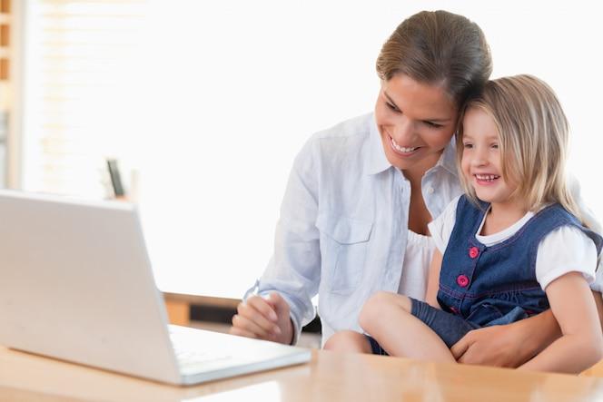 Madre y su hija usando una computadora portátil