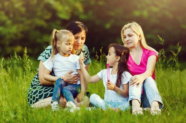 Madres e hijas pequeñas en el parque