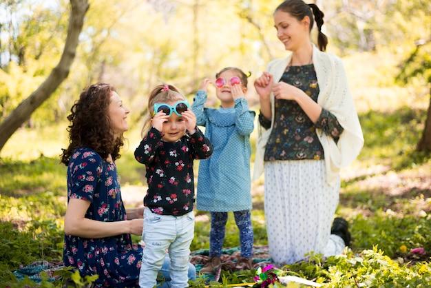 Madres felies con hijos en la naturaleza