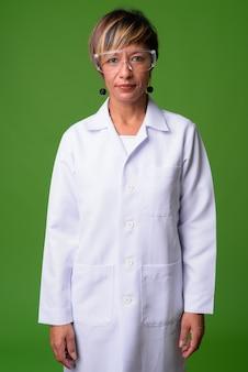 Madura hermosa mujer multiétnica médico con pelo corto