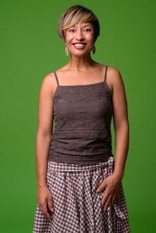 Madura hermosa mujer multiétnica con pelo corto