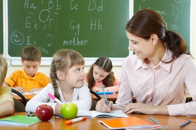Maestra ayudando a su alumna