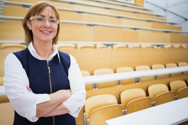 Maestra elegante de pie en la sala de conferencias