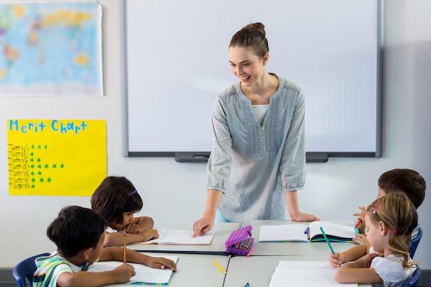 Maestra enseñando a estudiantes