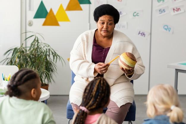 Maestra explicando a sus alumnos