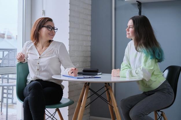 Maestra hablando con una adolescente