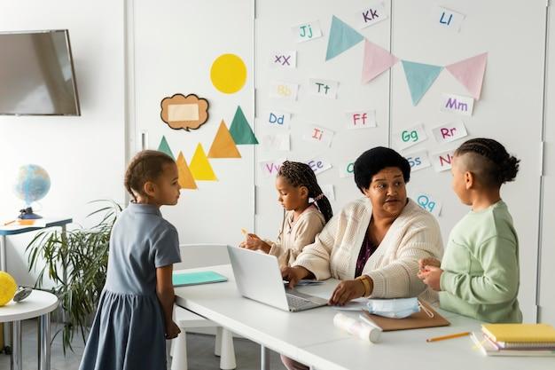 Maestra hablando con estudiantes