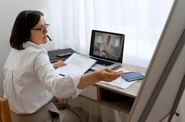 Maestra haciendo lecciones en línea