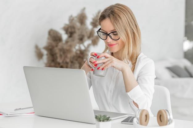 Maestra haciendo sus clases en línea adentro