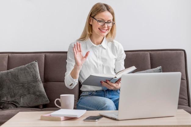 Maestra haciendo sus clases en línea