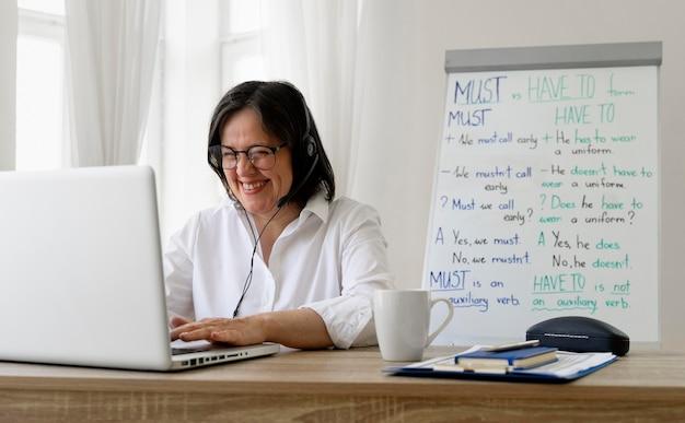 Maestra haciendo sus lecciones de inglés en línea