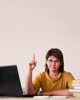 Maestra con laptop apuntando