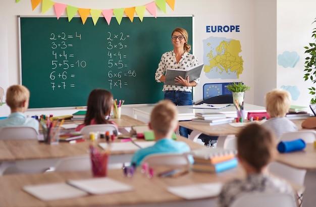 Maestra durante la lección con los niños.