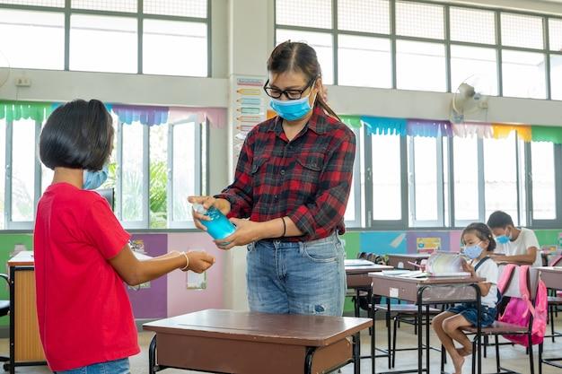 Maestra con máscara protectora para protegerse contra covid-19
