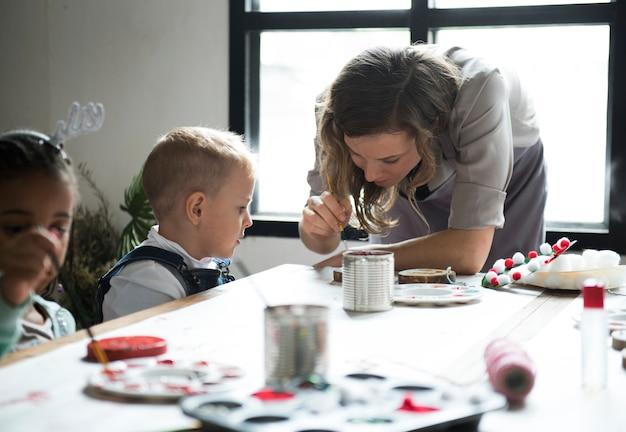 Maestra mostrando como decorar