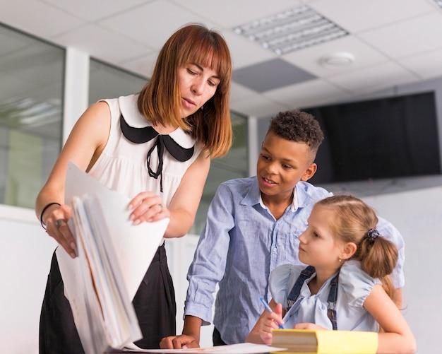 Maestra mostrando a sus alumnos sus calificaciones