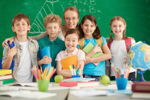 Maestra orgullosa con sus estudiantes de primaria