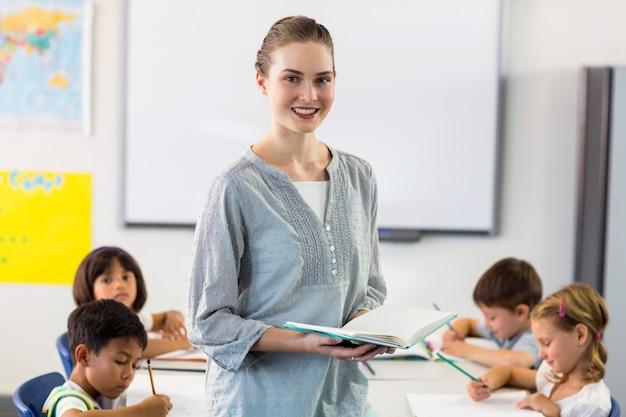 Maestra segura con estudiantes