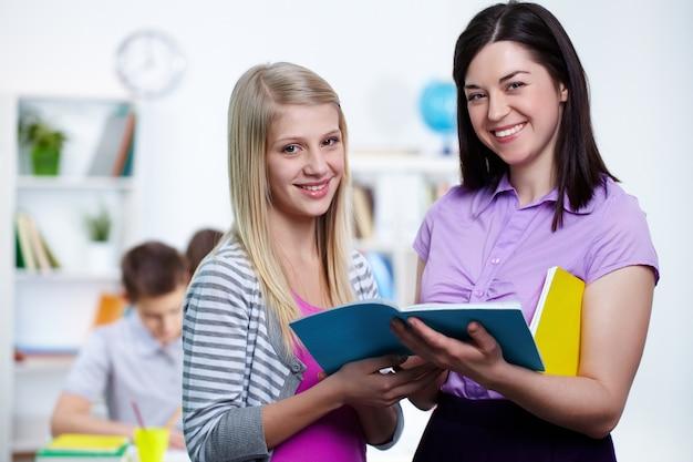 Maestra sonriendo con su alumna
