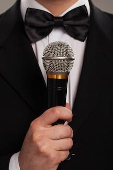 Maestro de ceremonias con micrófono