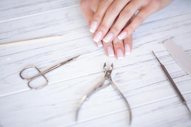 Maestro de uñas haciendo manicura en el estudio de belleza