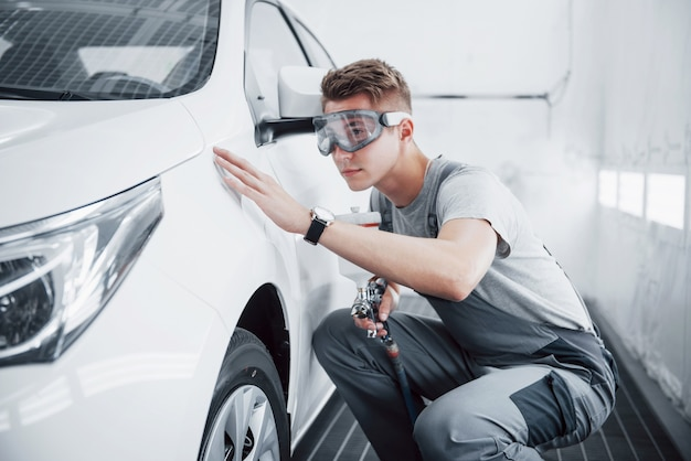 Maestro de pintura en spray para pintura de automóviles en la industria automotriz.