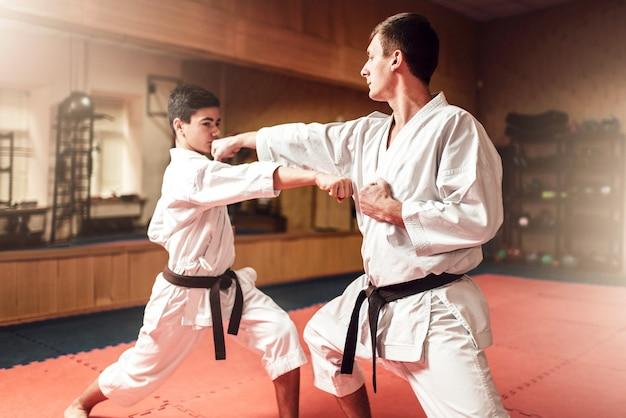 Maestros de artes marciales, práctica de defensa personal en gimnasio