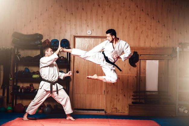 Maestros de artes marciales, práctica de karate en el gimnasio