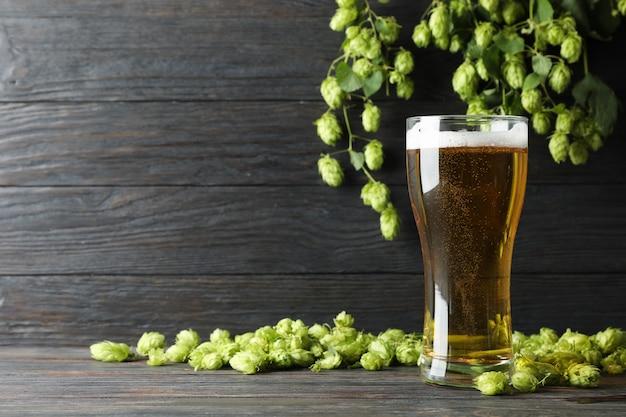 Mag con cerveza, espiguillas y salto en mesa de madera