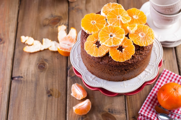 Magdalena casera con mandarinas en un plato blanco