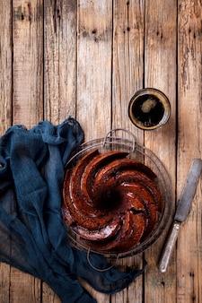 Magdalena de chocolate.pie hornear con cerezas y café