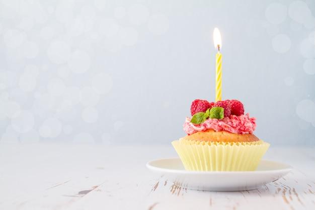 Magdalena de cumpleaños con frambuesa y caramelo.