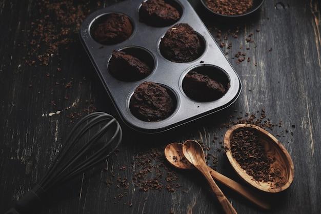 Magdalenas caseras de chocolate con cobertura de chocolate.