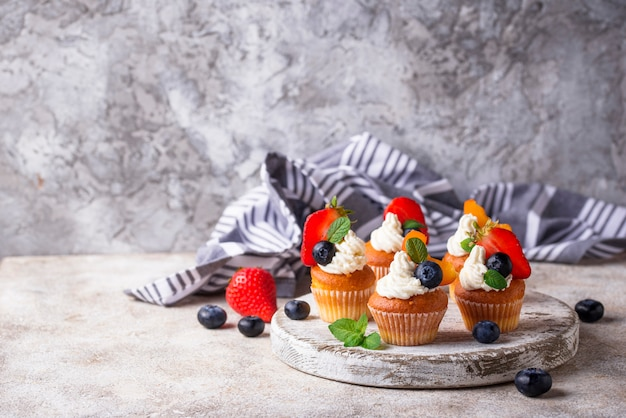 Magdalenas con crema y frutillas