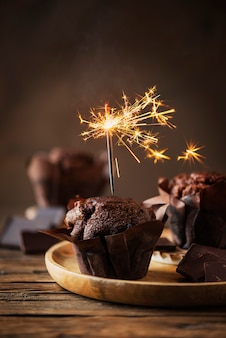 Magdalenas dulces con chocolate y bengala