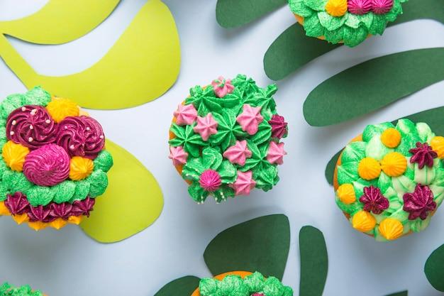 Magdalenas multicolores con decoración como plantas de interior suculentas.