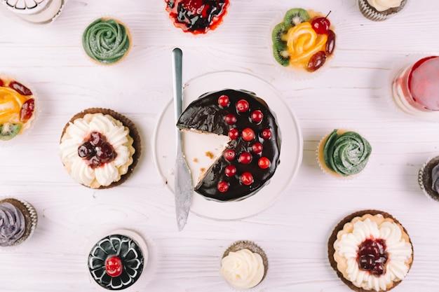 Magdalenas y pasteles en blanco