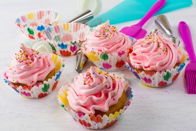 Magdalenas rosa y utensilios de cocina